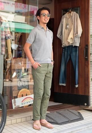 Cómo combinar unas chanclas: Para un atuendo que esté lleno de caracter y personalidad intenta ponerse una camisa polo gris y un pantalón chino verde oliva. Si no quieres vestir totalmente formal, completa tu atuendo con chanclas.