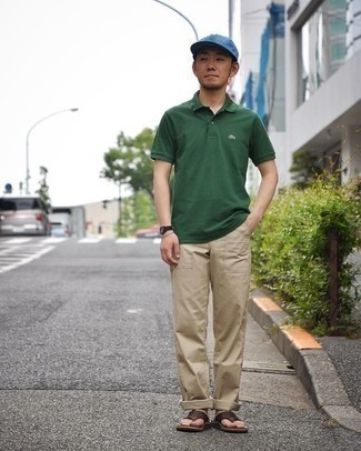 Cómo combinar unas chanclas: Considera ponerse una camisa polo verde oscuro y un pantalón chino marrón claro para una vestimenta cómoda que queda muy bien junta. ¿Quieres elegir un zapato informal? Usa un par de chanclas para el día.