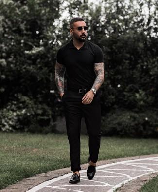 Cómo combinar una camisa polo negra: Empareja una camisa polo negra junto a un pantalón chino negro para lidiar sin esfuerzo con lo que sea que te traiga el día. ¿Te sientes valiente? Complementa tu atuendo con mocasín con borlas de cuero negro.