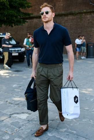 Cómo combinar un pantalón chino verde oscuro: Casa una camisa polo azul marino con un pantalón chino verde oscuro para una vestimenta cómoda que queda muy bien junta. Mocasín con borlas de cuero marrón añaden la elegancia necesaria ya que, de otra forma, es un look simple.