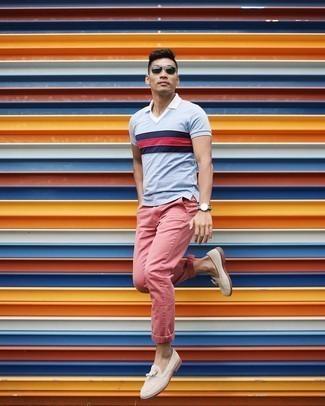 Cómo combinar unos pantalones rosa: Empareja una camisa polo de rayas horizontales celeste con unos pantalones rosa para una vestimenta cómoda que queda muy bien junta. Completa tu atuendo con mocasín con borlas de ante en beige para mostrar tu inteligencia sartorial.