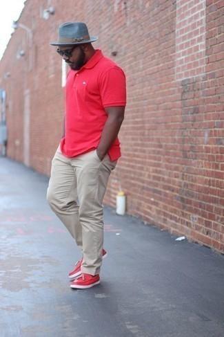Cómo combinar un sombrero: Para un atuendo tan cómodo como tu sillón elige una camisa polo roja y un sombrero. Con el calzado, sé más clásico y complementa tu atuendo con mocasín con borlas de cuero rojo.
