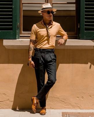 Cómo combinar: camisa polo marrón claro, pantalón chino negro, mocasín de cuero en tabaco, bandana en beige