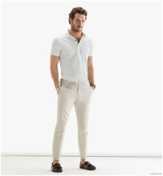 Cómo combinar una camisa polo blanca: Ponte una camisa polo blanca y un pantalón chino en beige para lidiar sin esfuerzo con lo que sea que te traiga el día. Con el calzado, sé más clásico y completa tu atuendo con mocasín de cuero сon flecos en marrón oscuro.