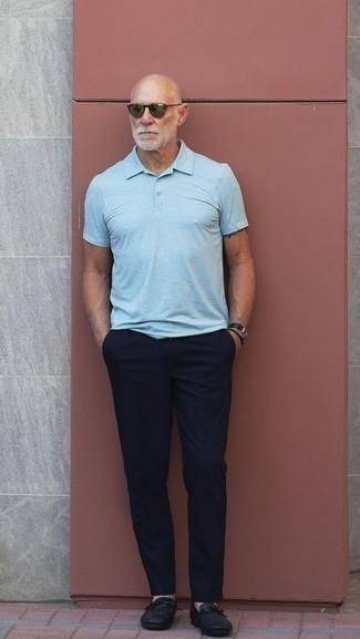 Cómo combinar unos zapatos de vestir en clima caliente: Empareja una camisa polo celeste junto a un pantalón chino azul marino para conseguir una apariencia relajada pero elegante. ¿Por qué no ponerse zapatos de vestir a la combinación para dar una sensación más clásica?