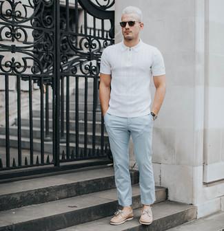 Cómo combinar: camisa polo blanca, pantalón chino celeste, náuticos de cuero marrón claro, gafas de sol negras