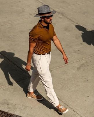 Cómo combinar: camisa polo en tabaco, pantalón chino de lino blanco, náuticos de cuero marrón claro, bandana negra