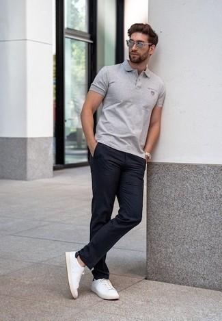 Cómo combinar unas gafas de sol plateadas: Emparejar una camisa polo gris con unas gafas de sol plateadas es una opción estupenda para el fin de semana. Con el calzado, sé más clásico y opta por un par de tenis de lona en blanco y negro.