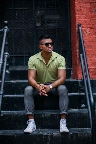 Cómo combinar unas gafas de sol en marrón oscuro: Para un atuendo tan cómodo como tu sillón elige una camisa polo en verde menta y unas gafas de sol en marrón oscuro. ¿Te sientes valiente? Opta por un par de zapatillas altas de lona blancas.