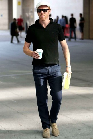 Cómo combinar una camisa polo negra: Para crear una apariencia para un almuerzo con amigos en el fin de semana considera ponerse una camisa polo negra y un pantalón chino azul marino. Elige un par de zapatos oxford de ante en beige para mostrar tu inteligencia sartorial.