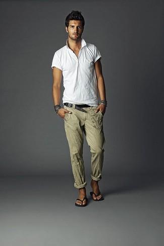 Cómo combinar un pantalón de vestir de lino verde oliva: Si buscas un estilo adecuado y a la moda, intenta combinar una camisa polo blanca con un pantalón de vestir de lino verde oliva. Chanclas negras darán un toque desenfadado al conjunto.