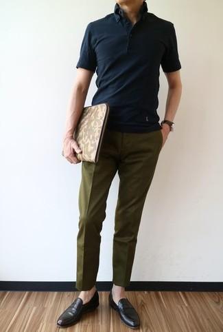 Algo tan simple como emparejar una camisa polo negra junto a un pantalón de vestir verde oliva puede distinguirte de la multitud. Haz este look más informal con mocasín de cuero marrón oscuro.