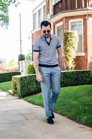 Cómo combinar: camisa polo gris, pantalón de vestir gris, mocasín de ante azul marino, gafas de sol negras