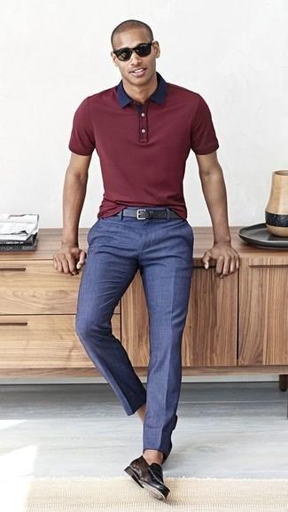 Cómo combinar: camisa polo burdeos, pantalón de vestir azul, mocasín de cuero negro, correa de cuero negra