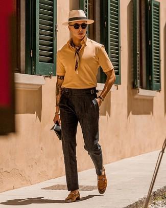 Cómo combinar: camisa polo marrón claro, pantalón de vestir en gris oscuro, mocasín de cuero marrón claro, bandana en beige