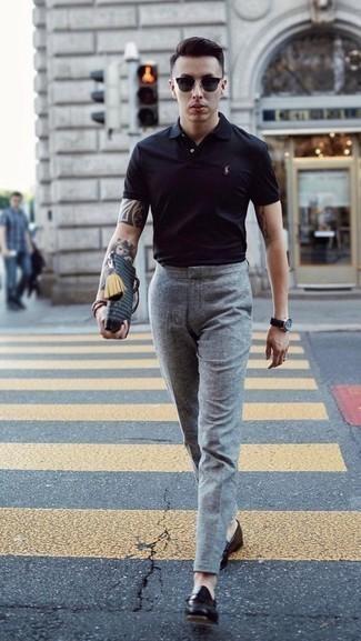 Cómo combinar una camisa polo negra: Empareja una camisa polo negra junto a un pantalón de vestir de lana gris para lograr un estilo informal elegante. Con el calzado, sé más clásico y haz mocasín de cuero negro tu calzado.