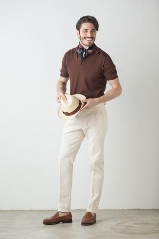 Cómo combinar unos zapatos de vestir: Elige una camisa polo en marrón oscuro y un pantalón de vestir blanco para después del trabajo. Elige un par de zapatos de vestir para mostrar tu inteligencia sartorial.