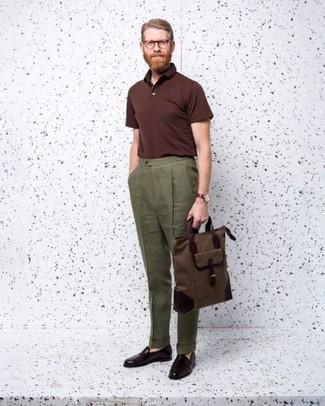 Cómo combinar un pantalón de vestir de lino verde oliva: Si buscas un estilo adecuado y a la moda, haz de una camisa polo burdeos y un pantalón de vestir de lino verde oliva tu atuendo. ¿Te sientes valiente? Completa tu atuendo con mocasín de cuero burdeos.