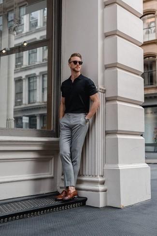 Look de moda: Camisa polo negra, Pantalón de vestir gris, Mocasín de cuero marrón, Gafas de sol en marrón oscuro