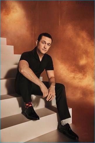 Cómo combinar: camisa polo negra, pantalón de vestir negro, zapatos oxford de cuero negros, calcetines estampados blancos