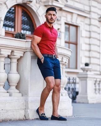 Cómo combinar unos zapatos de vestir en clima caliente: Utiliza una camisa polo roja y unos pantalones cortos azul marino para un almuerzo en domingo con amigos. Dale onda a tu ropa con zapatos de vestir.