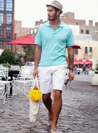 Cómo combinar: camisa polo en verde menta, pantalones cortos blancos, náuticos de cuero en beige, sombrero gris
