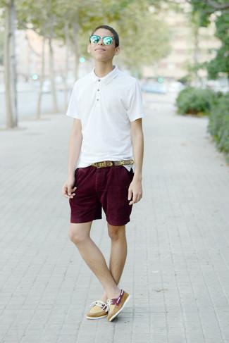 Cómo combinar: camisa polo blanca, pantalones cortos burdeos, náuticos de cuero amarillos, correa de cuero estampada marrón