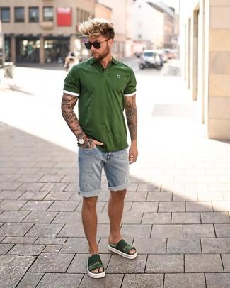 Cómo combinar: camisa polo verde oliva, pantalones cortos vaqueros celestes, sandalias de goma verde oscuro, gafas de sol negras