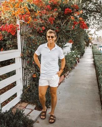 Cómo combinar: camisa polo de rayas horizontales blanca, pantalones cortos blancos, sandalias de cuero en marrón oscuro, gafas de sol en marrón oscuro