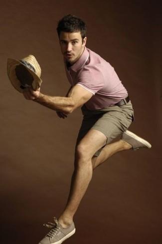 Cómo combinar: camisa polo rosada, pantalones cortos marrónes, tenis de lona marrónes, sombrero de paja marrón claro