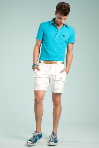 Cómo combinar: camisa polo en turquesa, pantalones cortos blancos, tenis de lona azules, correa de lona de rayas horizontales verde