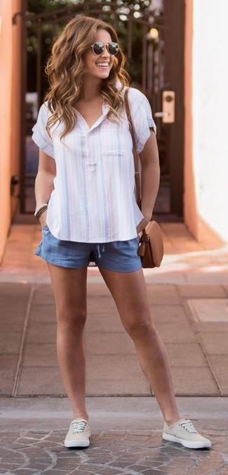 Cómo combinar: camisa polo de rayas verticales celeste, pantalones cortos azules, tenis de lona en beige, bolso bandolera de cuero marrón