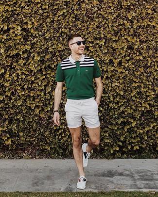 Cómo combinar: camisa polo de rayas horizontales verde oscuro, pantalones cortos blancos, tenis de lona blancos, gafas de sol negras
