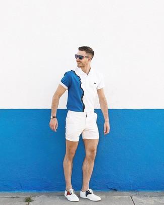 Cómo combinar: camisa polo en blanco y azul marino, pantalones cortos blancos, tenis blancos, gafas de sol azul marino