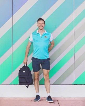 Cómo combinar: camisa polo en turquesa, pantalones cortos azul marino, tenis azul marino, mochila de lona azul marino