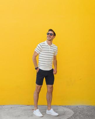 Cómo combinar: camisa polo de rayas horizontales en blanco y negro, pantalones cortos negros, tenis de cuero blancos, gafas de sol marrónes