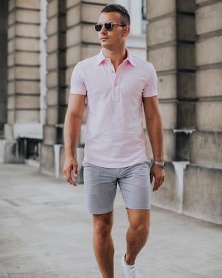 Cómo combinar: camisa polo rosada, pantalones cortos de seersucker grises, tenis blancos, gafas de sol negras