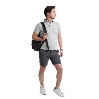 Cómo combinar: camisa polo gris, pantalones cortos en gris oscuro, tenis de cuero blancos, mochila de cuero negra