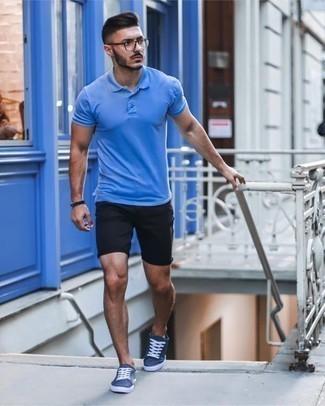 Cómo combinar unas gafas de sol transparentes: Una camisa polo azul y unas gafas de sol transparentes son una opción buena para el fin de semana. Tenis de lona azul marino levantan al instante cualquier look simple.