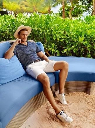 Cómo combinar: camisa polo azul marino, pantalones cortos blancos, zapatillas plimsoll blancas, sombrero de paja en beige