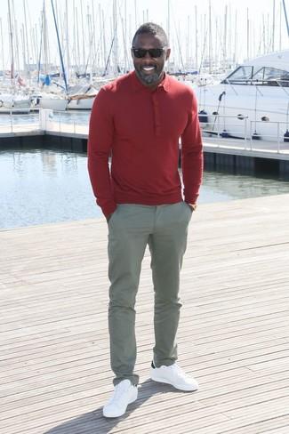 Look de Idris Elba: Camisa Polo Roja, Pantalón Chino Gris, Tenis de Cuero Blancos