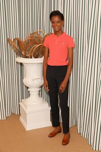Outfits mujeres en verano 2020: Intenta combinar una camisa polo rosa con un pantalón de vestir negro para cualquier sorpresa que haya en el día. Con el calzado, sé más clásico y usa un par de mocasín de cuero en tabaco. Una opción apropriada para esta temporada de verano.