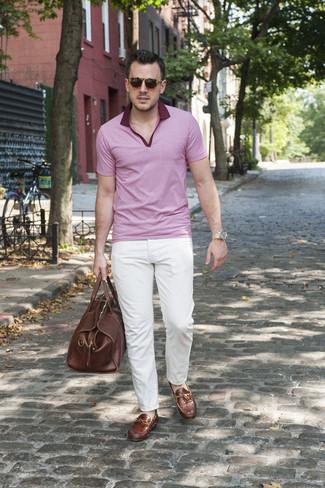 Cómo combinar: camisa polo rosada, pantalón chino blanco, mocasín de cuero marrón, bolsa de viaje de cuero marrón