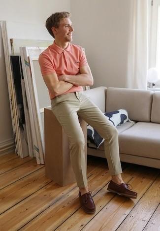 Cómo combinar un pantalón chino marrón claro: Opta por una camisa polo rosada y un pantalón chino marrón claro para conseguir una apariencia relajada pero elegante. Náuticos de cuero burdeos son una opción atractiva para completar este atuendo.