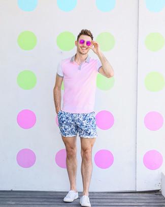 Cómo combinar: camisa polo rosada, pantalones cortos con print de flores azules, tenis de lona blancos, gafas de sol rosa