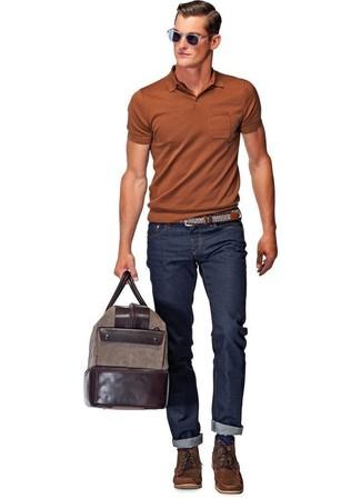 Cómo combinar: camisa polo en tabaco, vaqueros azul marino, botas casual de cuero en marrón oscuro, bolso baúl de cuero en marrón oscuro