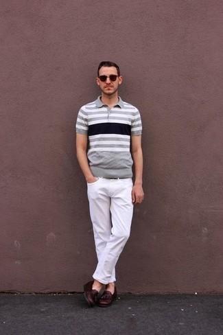 Cómo combinar una camisa polo de rayas horizontales gris: Equípate una camisa polo de rayas horizontales gris junto a unos vaqueros blancos para lidiar sin esfuerzo con lo que sea que te traiga el día. ¿Te sientes valiente? Haz mocasín con borlas de cuero burdeos tu calzado.