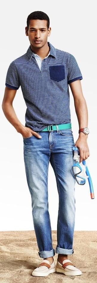 Cómo combinar: camisa polo de rayas horizontales azul marino, vaqueros azules, mocasín de cuero en beige, correa de lona verde