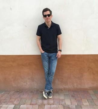 Cómo combinar una camisa polo negra: Para crear una apariencia para un almuerzo con amigos en el fin de semana empareja una camisa polo negra junto a unos vaqueros azules. Tenis de lona grises son una opción práctica para completar este atuendo.