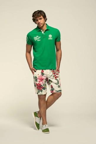 Cómo combinar: camisa polo verde, pantalones cortos con print de flores en beige, zapatos oxford de ante verde oliva